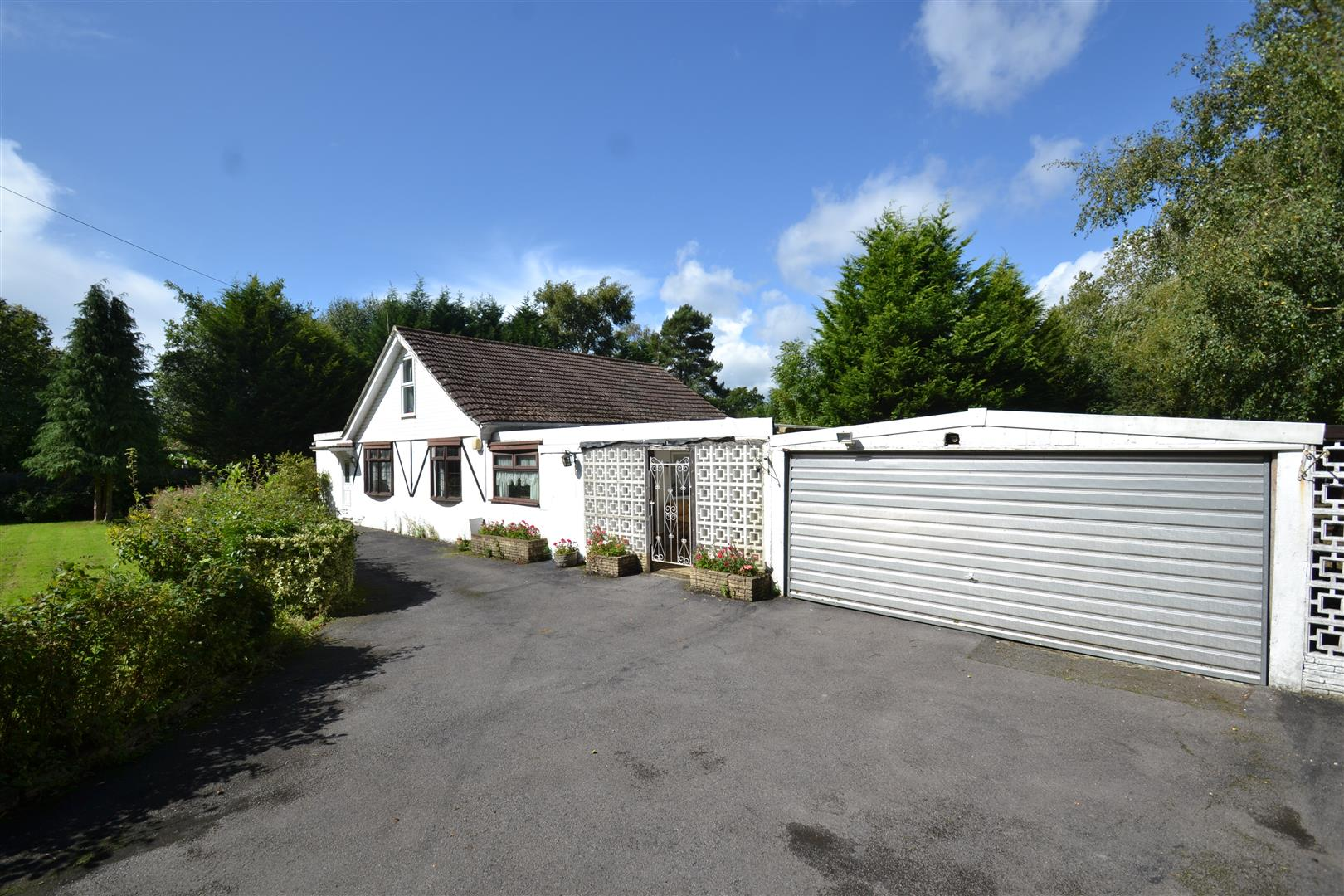 3 Bedrooms Detached Bungalow for sale in Church Road, Burstow